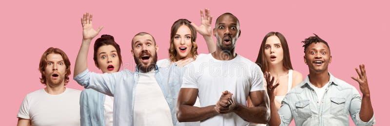 Die Collage von Gesichtern von überraschten Leuten auf rosa Hintergründen Menschliche Gefühle, Gesichtsausdruckkonzept lizenzfreies stockbild