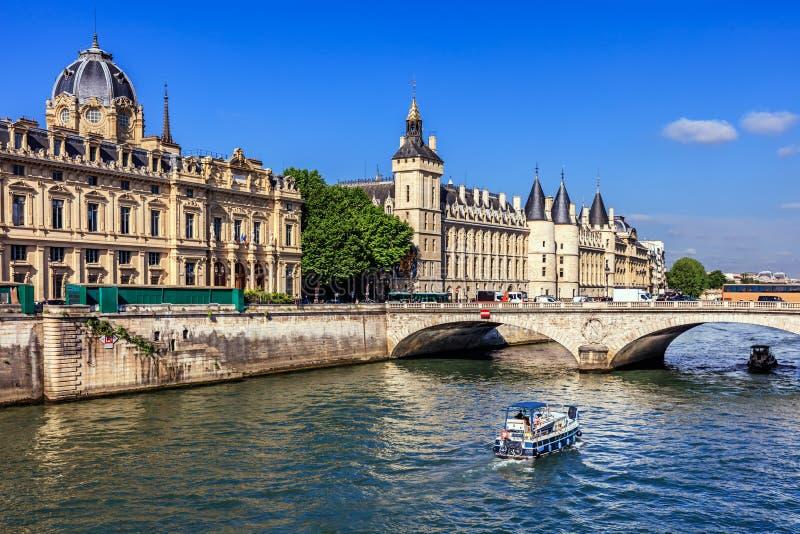 Die Conciergerie Schloss und Seine mit Kreuzfahrt bereisen Boot Paris, Frankreich stockfoto