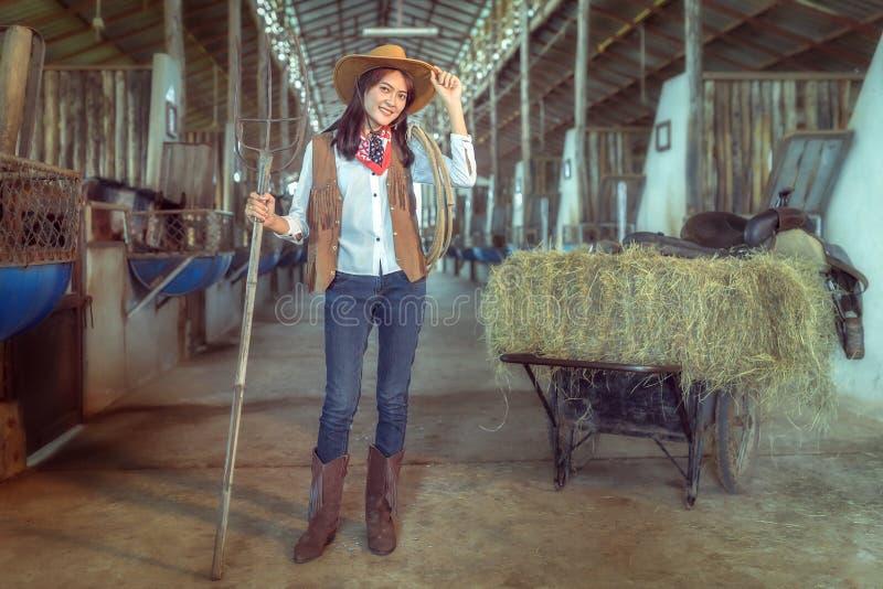 Die Cowgirle, die an einem Pferd arbeiten, bewirtschaften, Sakonnakhon, Thailand stockbild