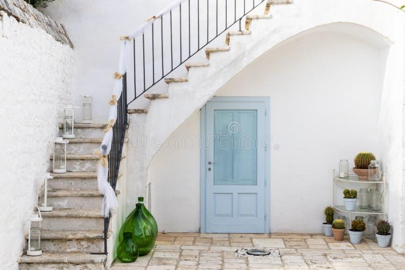 Die cyan-blaue Tür stockbild