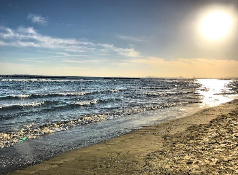 Die dämmernde Sonne auf dem Strand lizenzfreie stockfotos