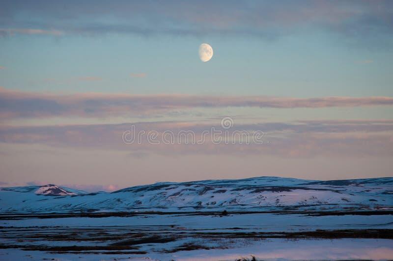 Die Dämmerungszeit im ländlichen Island mit dem großen Mond erschien im Hintergrund stockfotografie