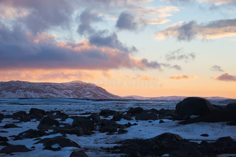 Die Dämmerungszeit im ländlichen Island mit Sonnenunterganglicht der Hintergrund lizenzfreie stockfotografie
