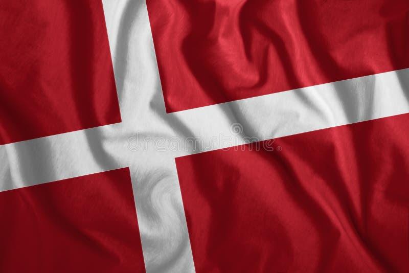 Die dänische Flagge flattert im Wind Farbenfrohe Nationalflagge in Dänemark Patriotismus, ein patriotisches Symbol lizenzfreie stockbilder
