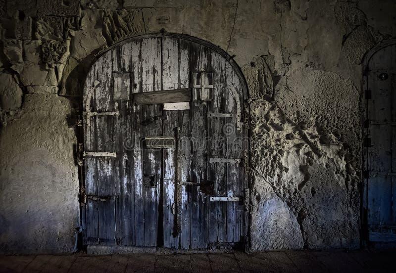 Die düstere geschlossene Tür der Stadt von Valletta malta lizenzfreie stockfotos