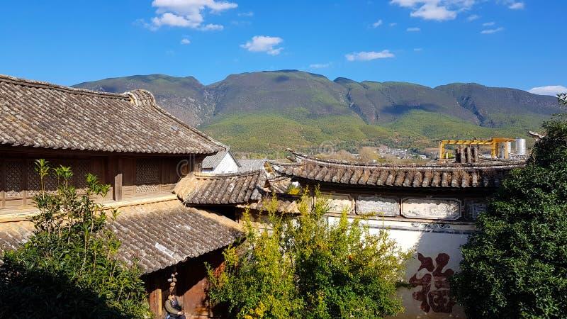 Die Dachspitzen des chinesischen Dorfs von Shaxi, Yunnan, China stockfoto