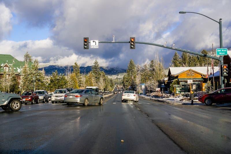 25 die december, het Zuidenmeer van 2018 Tahoe/CA/de V.S. - door Zuidenmeer Tahoe drijven op een zonnige dag; onweerswolken die v royalty-vrije stock foto's