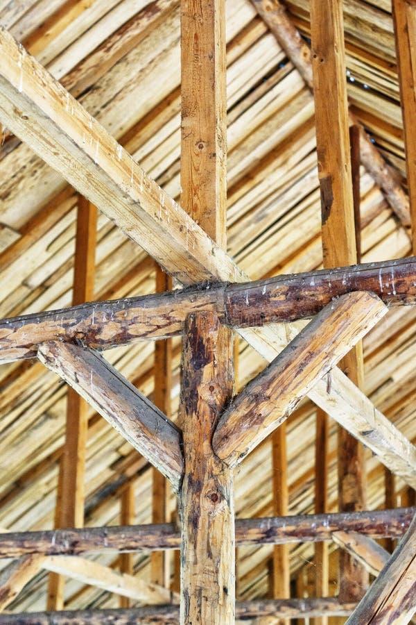 Die Decke und die Dachsparren im alten hölzernen Raum stockfotos