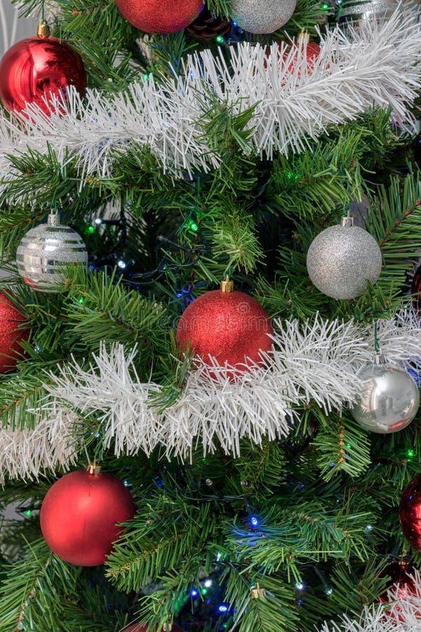 Die Dekorationen auf dem Weihnachtsbaum stockbild