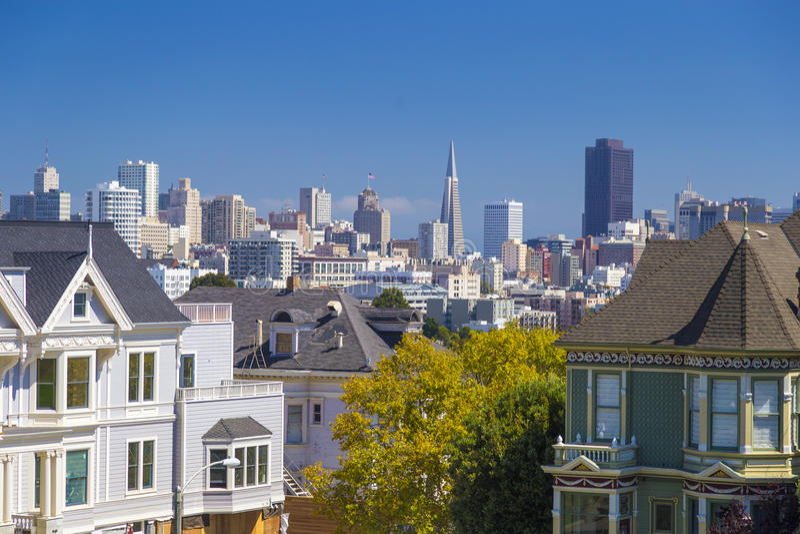 Die Distelfalter von Häusern Sans Francisco Alamo Square Victorian in San Francisco, Kalifornien während des klaren sonnigen Tage lizenzfreie stockfotografie