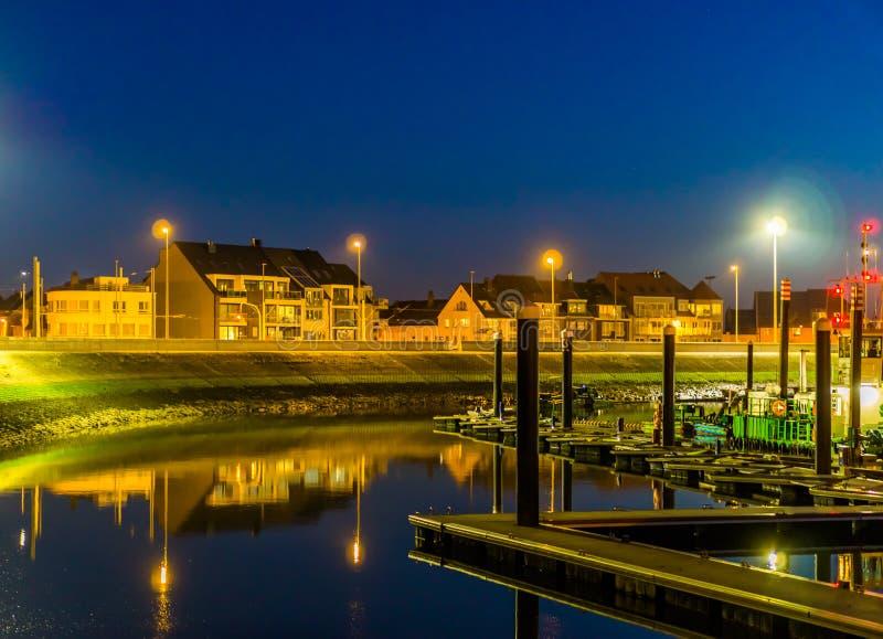 Die Docks von Blankenberge mit Ansicht über die Straße und die Gebäude, beleuchtete Stadt bis zum Nacht, Architektur einer populä stockfotos