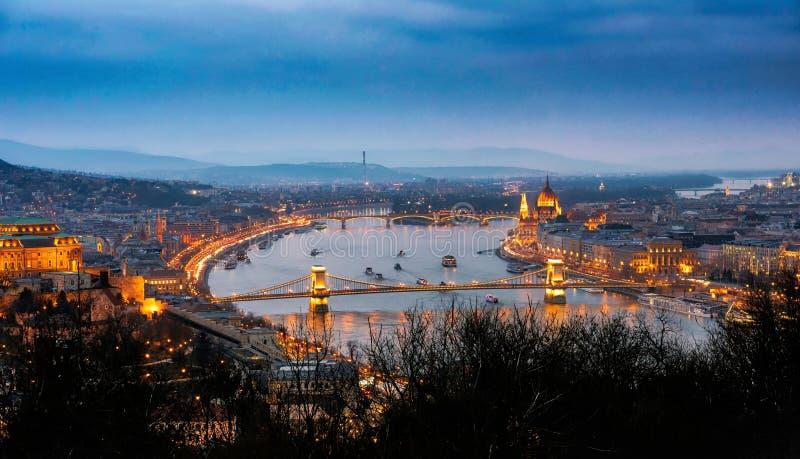 Die Donau in Budapest - Abend lizenzfreie stockbilder