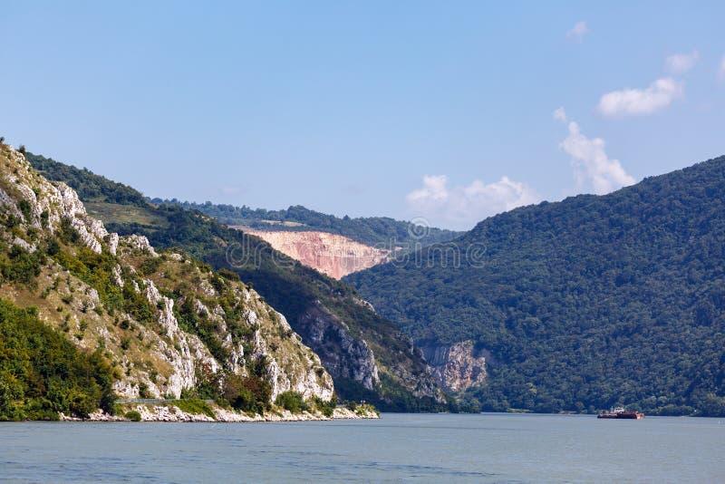 Die Donau und Berge lizenzfreie stockbilder