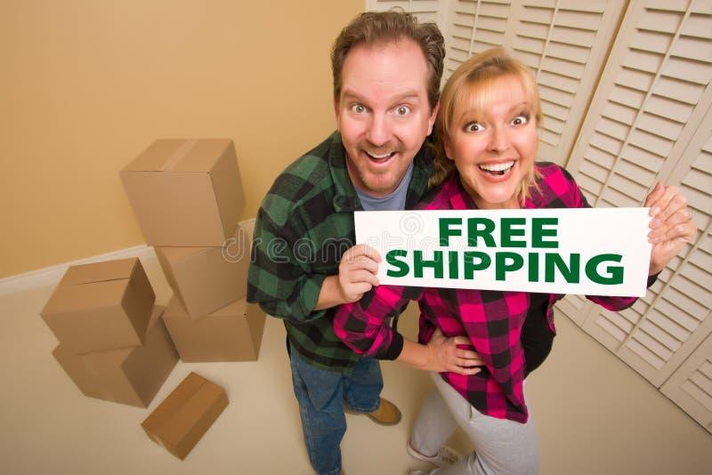 Die doof Paare, die freies Verschiffen anhalten, kennzeichnen nahe Kästen stockbild