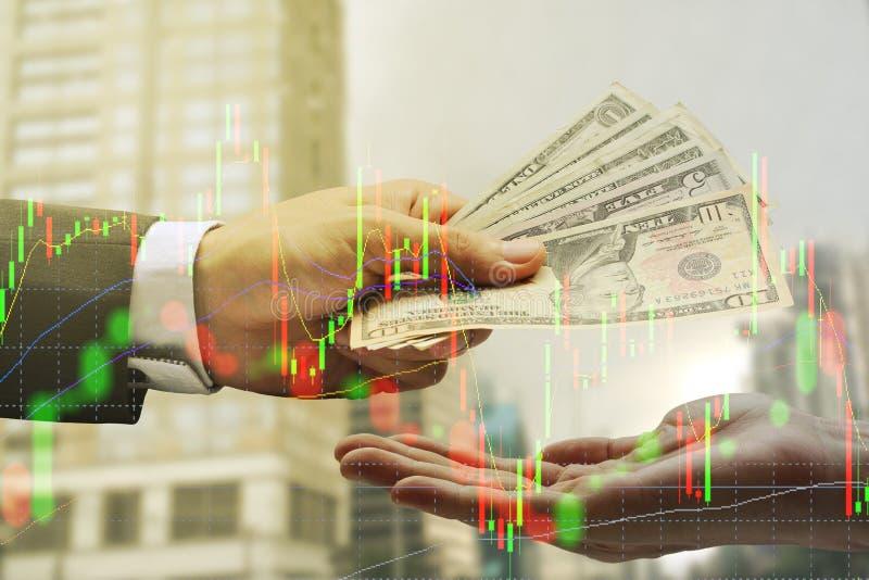 Die Doppelbelichtung des Geschäftsmannes Pay der US-Dollar, virtuell curren lizenzfreie stockfotos