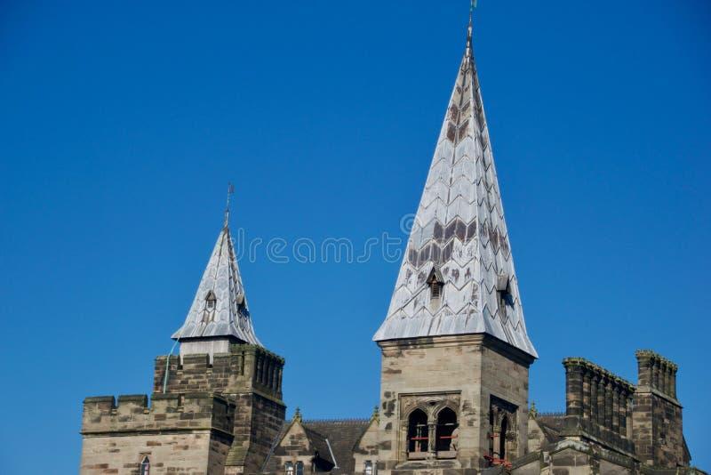 Die Doppelhelme des Schlosses stockfoto