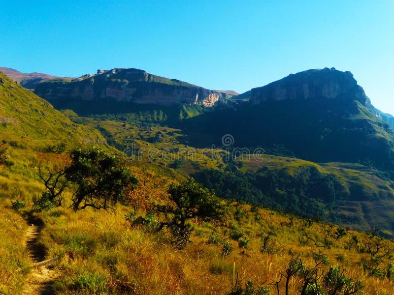 Die Drachenberge-Gebirgsspur in Südafrika stockfoto