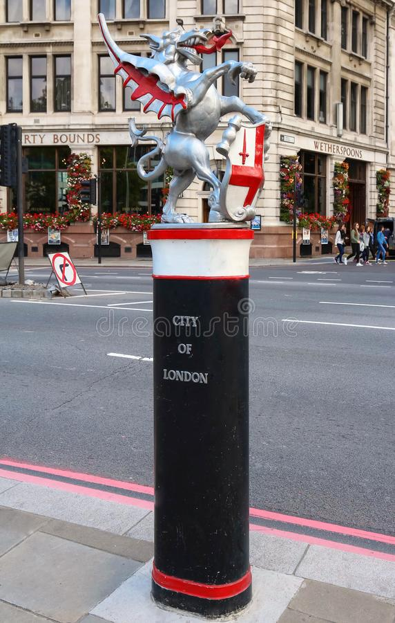 Die Dracheskulptur mit dem Kamm der Stadt von London Die Drachen, die am Eingang zur Quadratmeile angebracht werden, sind lizenzfreie stockfotos