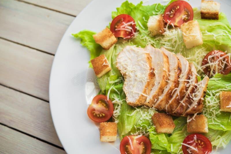 Die Draufsicht des Salats cesar mit chiken lizenzfreie stockfotos