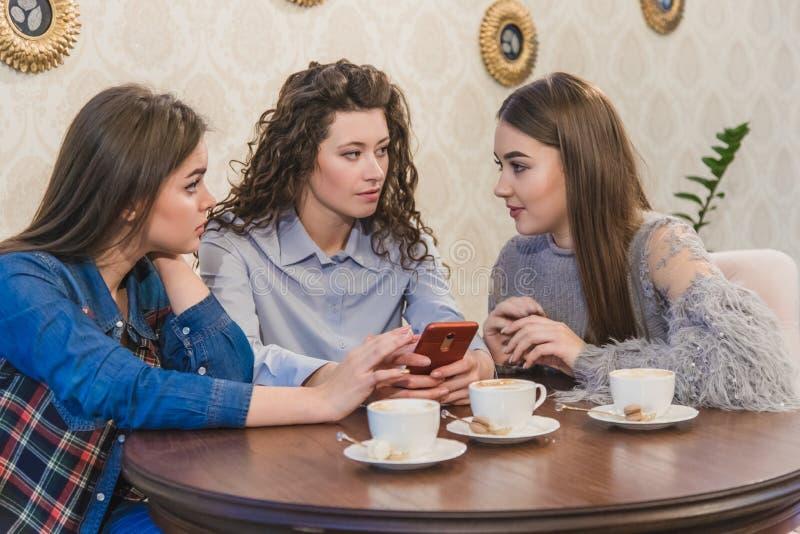 Die drei besten Freunde kamen, Kaffee und Klatsch zu trinken Mädchen sind Spaß und Lachen Mädchen mit dem schönen schwarzen Haar lizenzfreies stockfoto