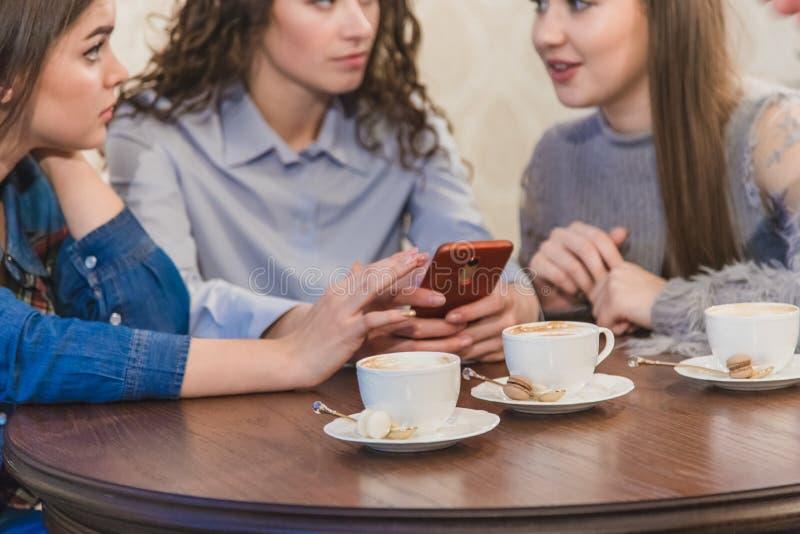 Die drei besten Freunde kamen, Kaffee und Klatsch zu trinken Mädchen sind Spaß und Lachen Mädchen mit dem schönen schwarzen Haar stockfotografie