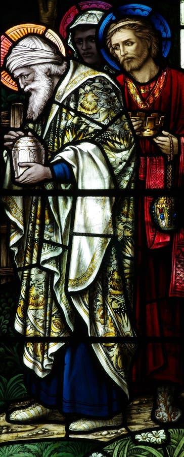 Die drei Könige, die Jesus im Buntglas besuchen stockfoto