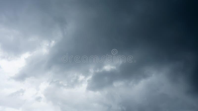 Die dunkelblaue Wolke auf dem Himmel lizenzfreies stockfoto
