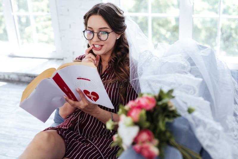 Die dunkelhaarige Braut, die ihrem Mann über Hochzeit erklärt, plant stockbilder