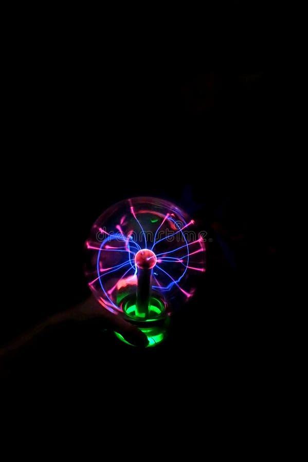 In die dunkle runde Lampe, mit dem laufenden Blitz glühen gegenwärtig lizenzfreie stockbilder