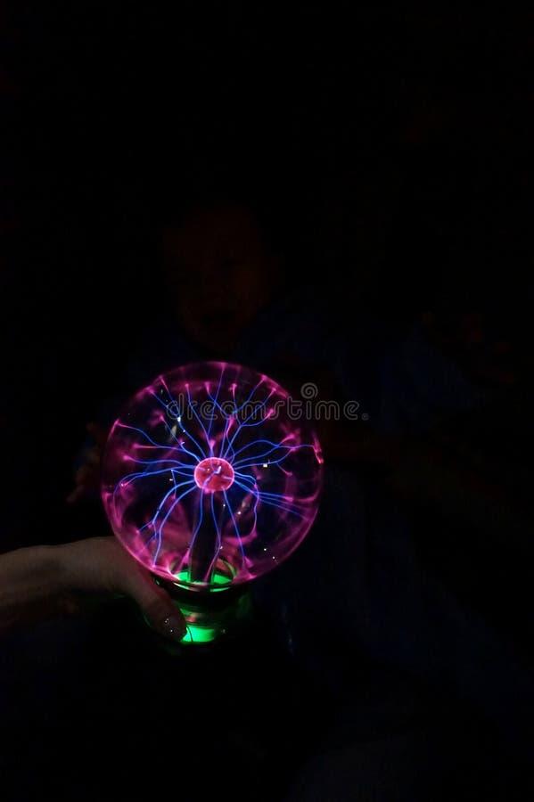 In die dunkle runde Lampe, mit dem laufenden Blitz glühen gegenwärtig lizenzfreies stockfoto