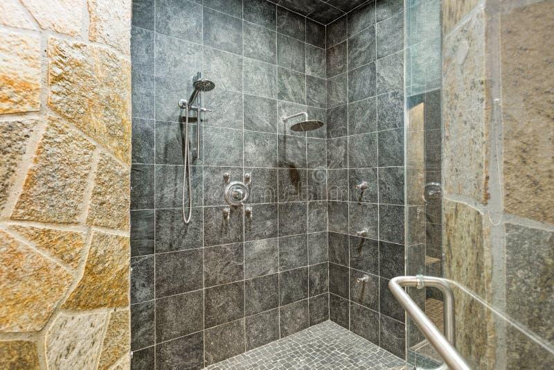 Die Dusche der luxuriösen Villenbesucher ohne voranmeldung mit Fliesenwänden des schwarzen Quadrats stockbilder