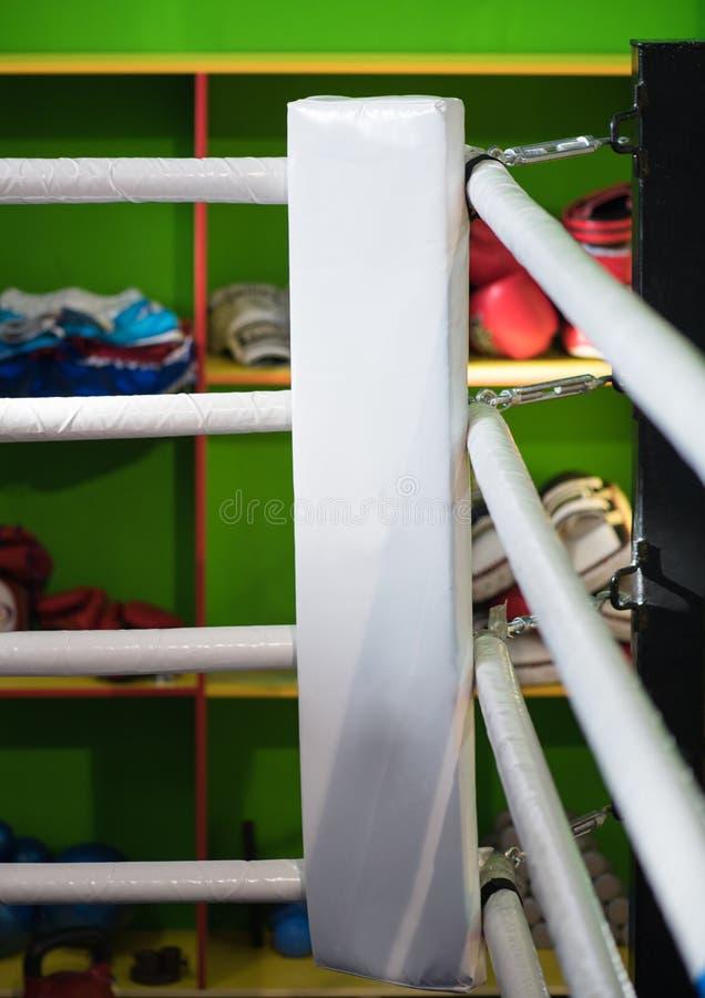 Die Ecke des Boxrings ist weiß Im Hintergrund von stockfoto