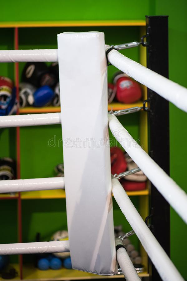 Die Ecke des Boxrings ist weiß Im Hintergrund von stockfotografie