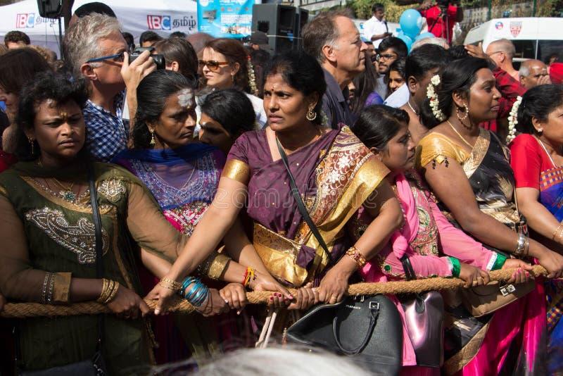 Die eifrigen Anhänger, die das hindische Festival Ganesh Chaturthi Ganesha in den Straßen von Paris feiern lizenzfreies stockfoto