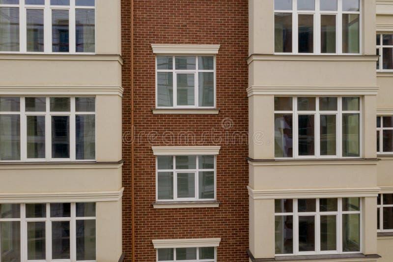 Die Eigenschaft Neues modernes Gebäude mit Balkon, Nahaufteilung, Fragment Nahe gelegene Glasbalkone des modernen Hotelgebäudes stockfoto