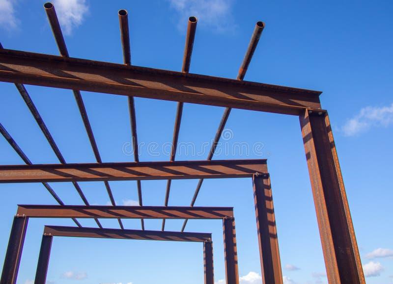 Die einfache stilvolle rostige Pergola des modernen Designs, die mit industriellem Gradmaterial I gemacht wird, strahlt und leite stockbild