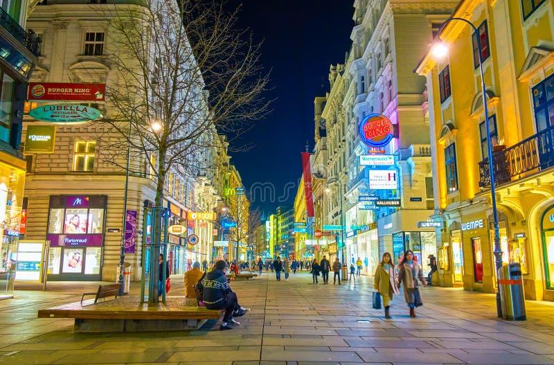 Die Einkaufsstraße nachts, Wien, Österreich lizenzfreies stockbild