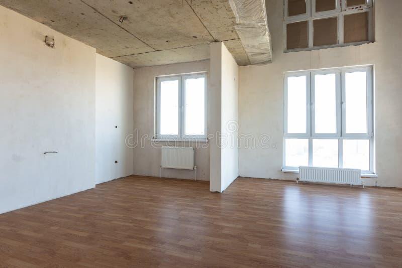 Die Einrichtung des geräumigen Raumes ohne Reparatur, mit Laminat stockbilder