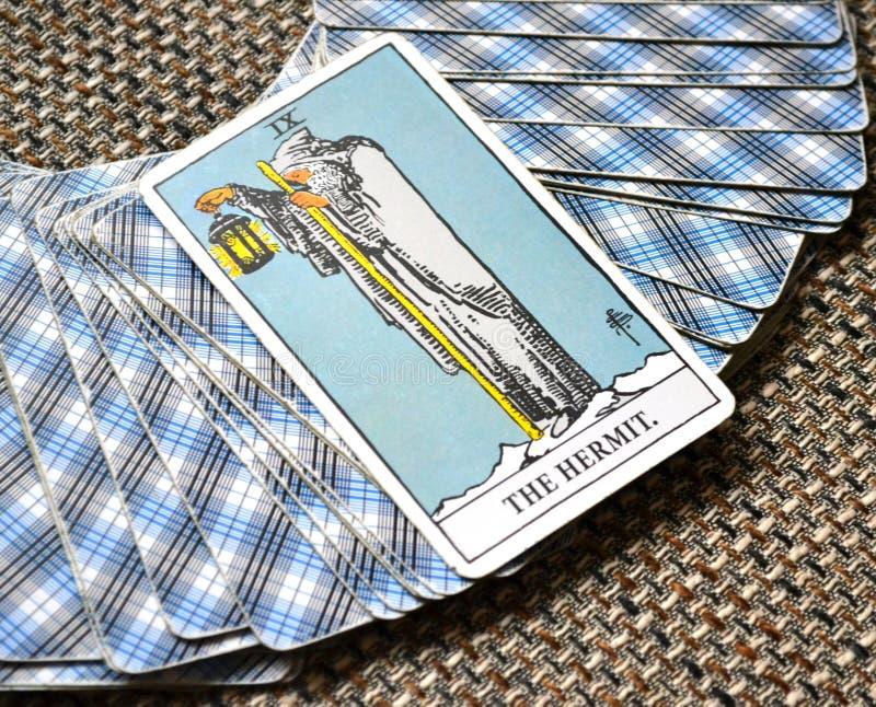 Die Einsiedler-Tarock-Karten-Reflexion, die auf selbst Meditations-Beratung hört lizenzfreie stockfotos