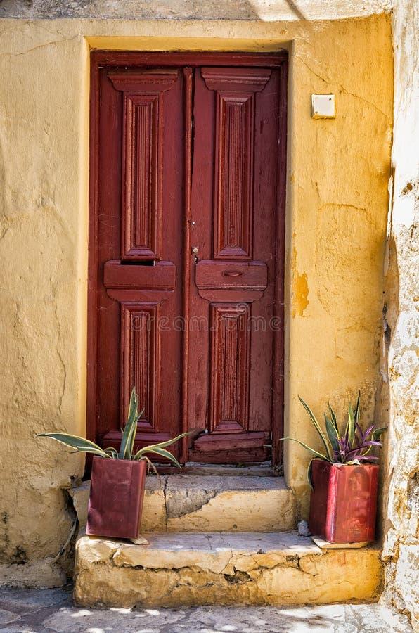 Die Einstiegstür eines alten Hauses in Athen, Griechenland lizenzfreies stockfoto