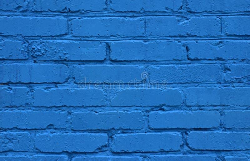 Die einzigartige Beschaffenheit einer alten Backsteinmauer gemalt mit heller blauer Ölfarbe lizenzfreie stockbilder