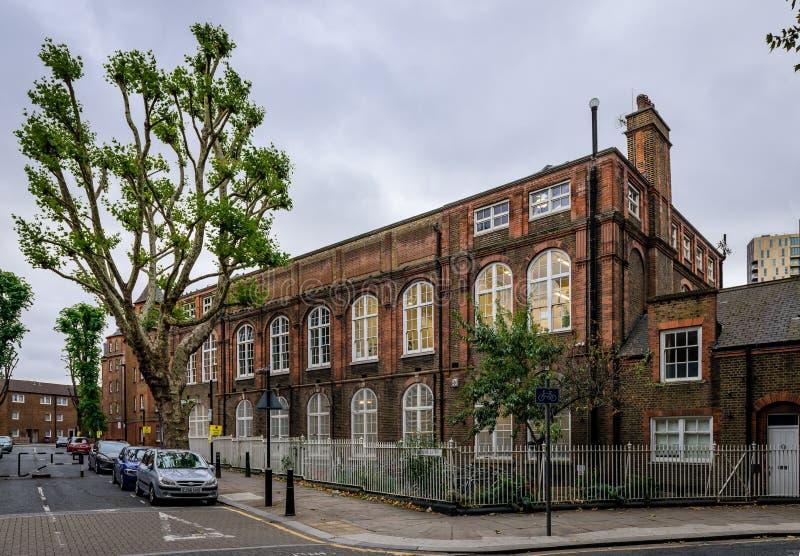Die Eisen-Geländer bei Rochelle Street Primary School, in London lizenzfreies stockfoto