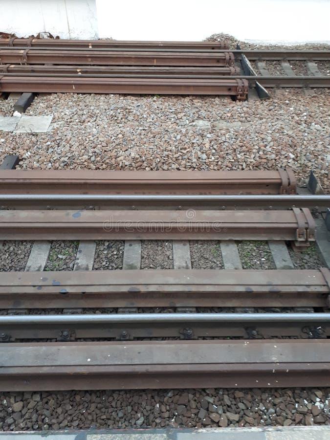 Die Eisenbahn wartet auf die Ankunft des Zugs Schienen sind bereit, Lastwagen zu nehmen stockfotos