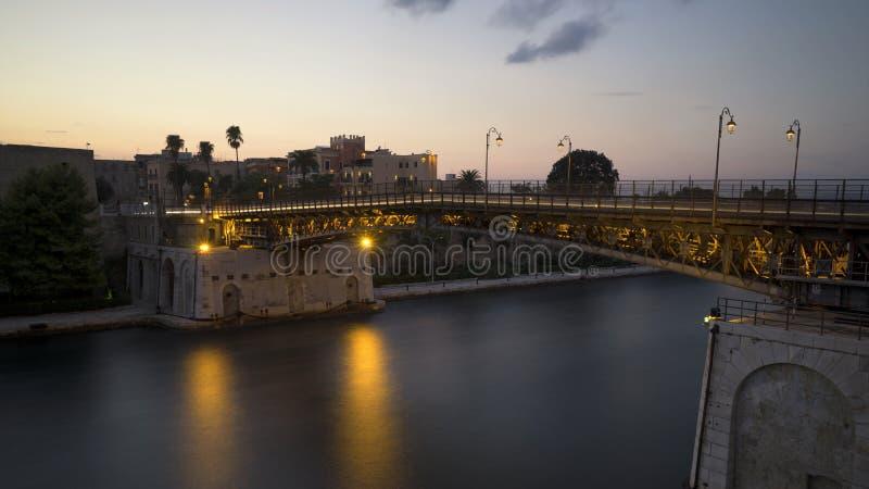 Die Eisenbrücke von Taranto stockfotografie