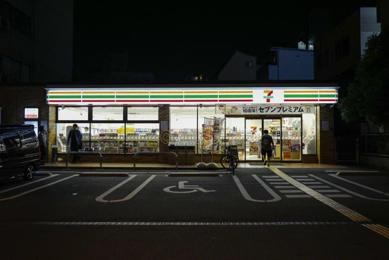 Die 7 elf Mini-M?rkte in der Nacht 7-Eleven Inc. ist eine Japanisch-eigene amerikanische internationale Kette des Mini-Markts stockfotografie