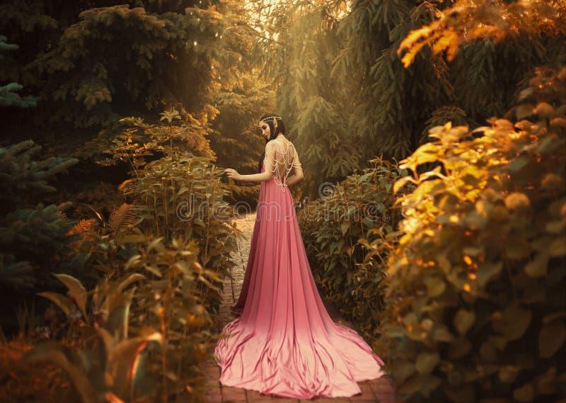 Die Elfe geht in den Herbstgarten stockfotos