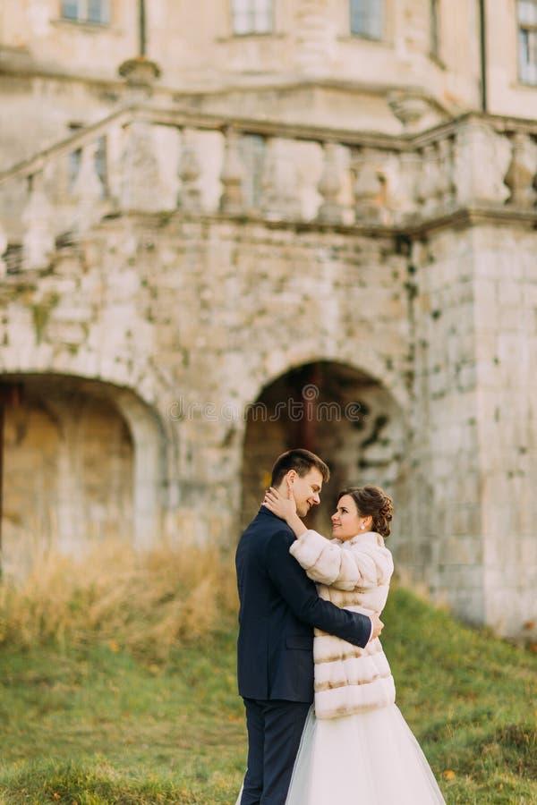 Die empfindliche Ansicht im Freien der umarmenden Jungvermähltenpaare stockfotografie