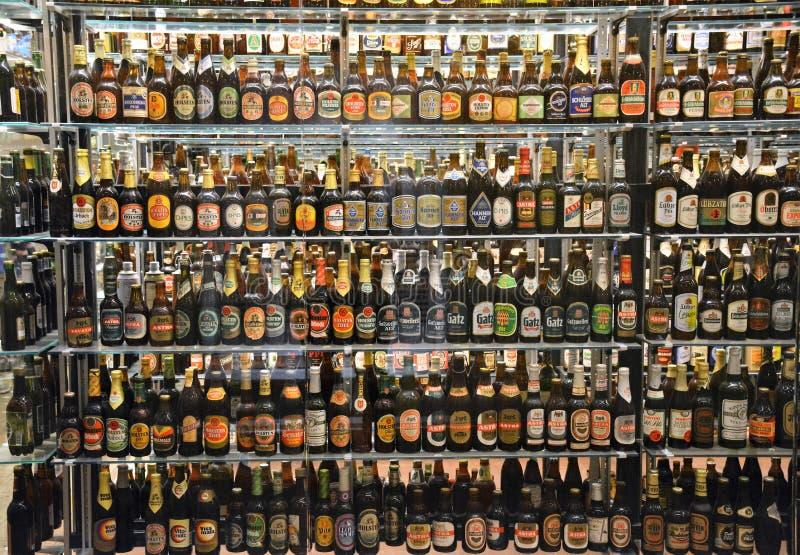 Die enorme Flaschen-Sammlung an der Carlsberg-Brauerei in Kopenhagen lizenzfreie stockbilder