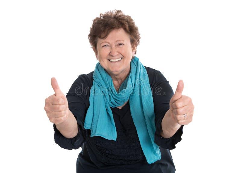 Die enthusiastische und glückliche Großmutter, die Daumen herstellt, up Geste mit stockfoto
