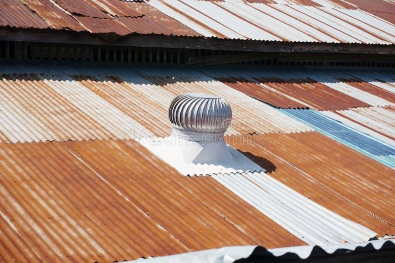 Die Entlüftungshaube auf dem Dach lizenzfreie stockbilder